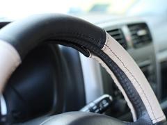 Pokrowce samochodowe, Pokrowce na kierownice skórzane w kolorze czarno - beżowy,.